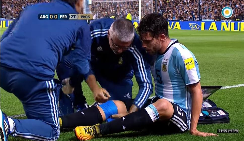 Fernando Gago se lesionó y lo vendaron para que vuelva a la cancha. Foto: captura