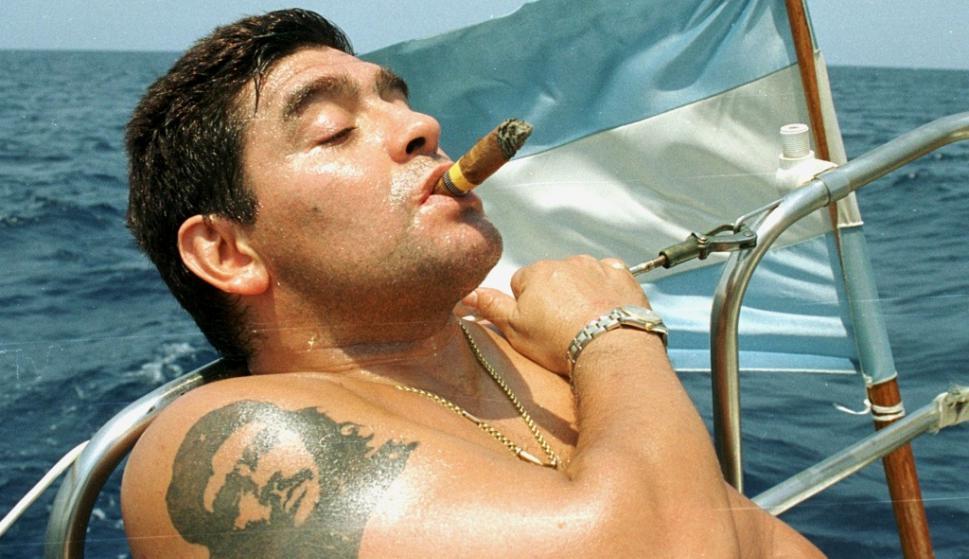 Diego Armando Maradona con tatuaje de Che Guevara.