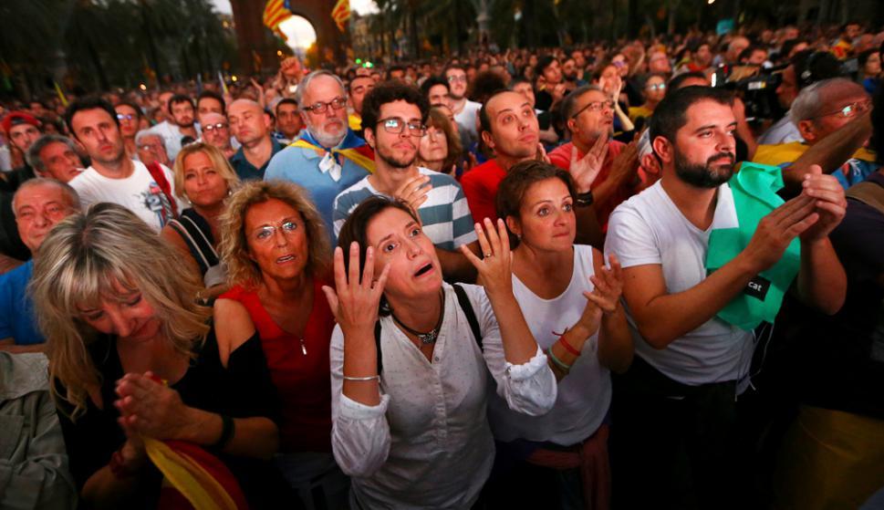 Unos 30.000 catalanes a favor de la independencia se congregaron afuera del Parlamento. Foto: Reuters