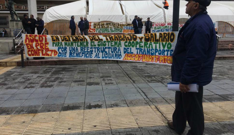 Concentración de ASCOT frente a la explanada de la IMM. Foto: Fernando Ponzetto.