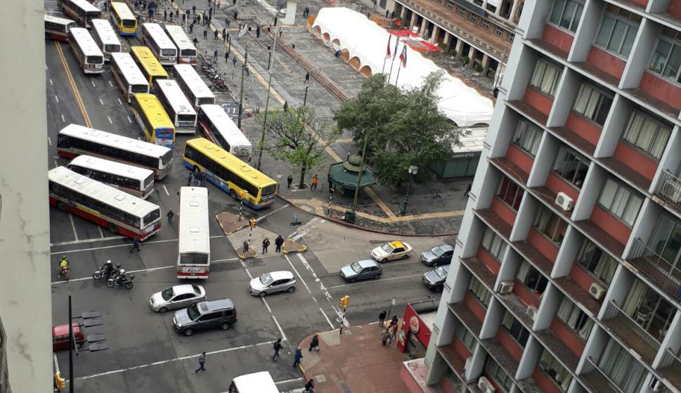 Concentración de ASCOT frente a la explanada de la IMM. Foto: El País.