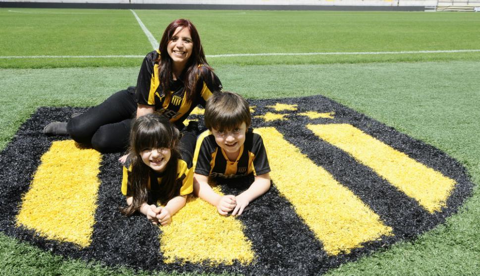 Leticia y sus hijos, hinchas de Peñarol