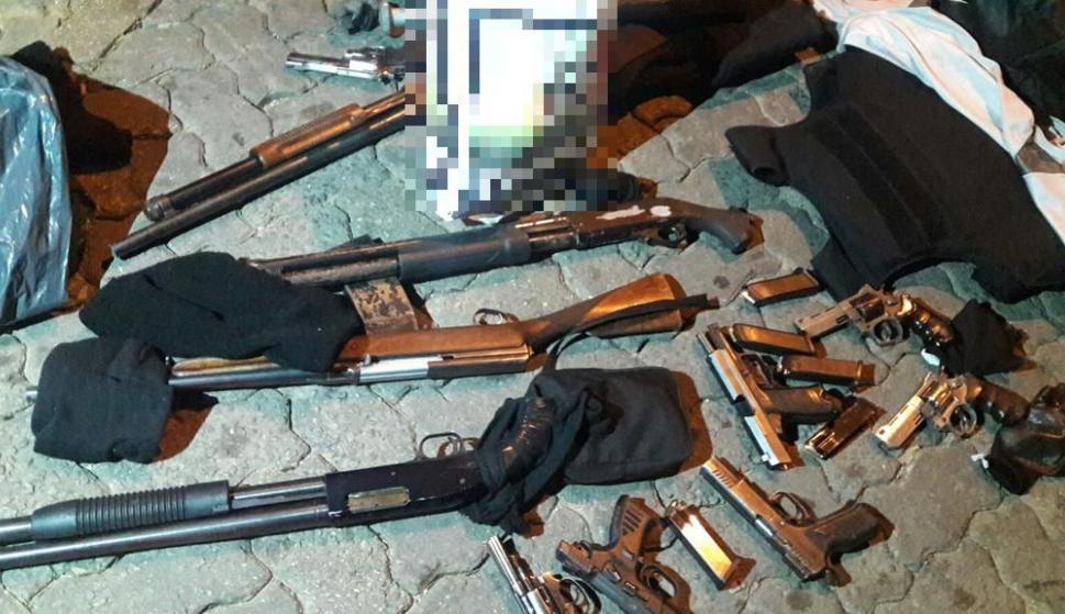 Las armas que tenían los delincuentes en el momento de la captura. Foto: Unicom