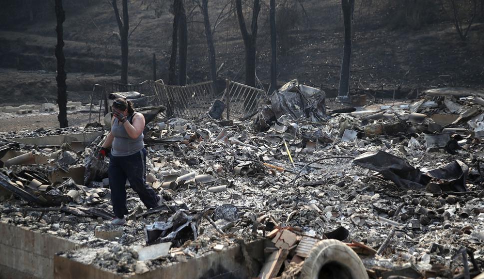 Heather Tiffee llora al observar las ruinas de la que fue la residencia de sus padres en Santa Rosa. Foto: AFP