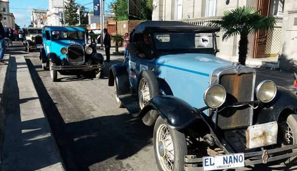 Los vehículos se congregaron en la Plaza Constitución para la largada de la caravana. Foto: N. Araújo