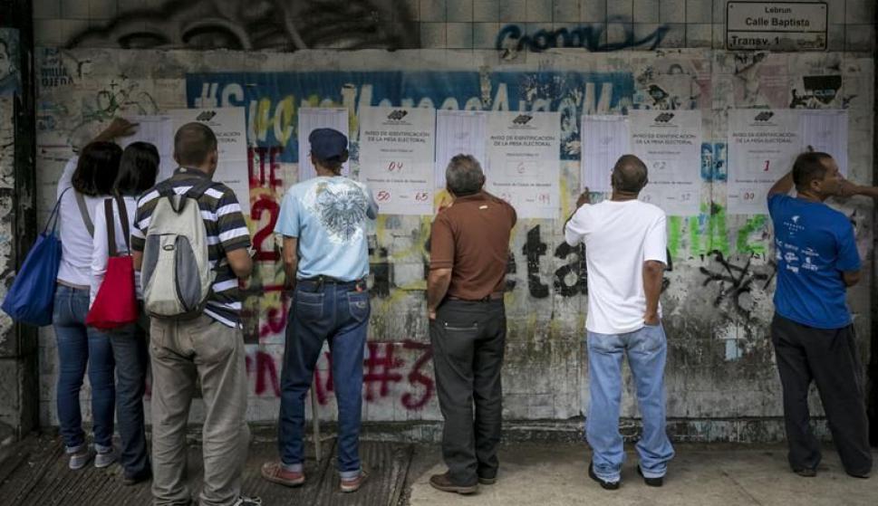 Largas filas en los centros de votación. Foto: EFE