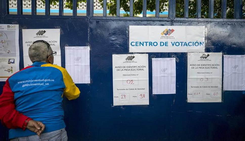 Venezolanos aguardan para votar. Foto: EFE
