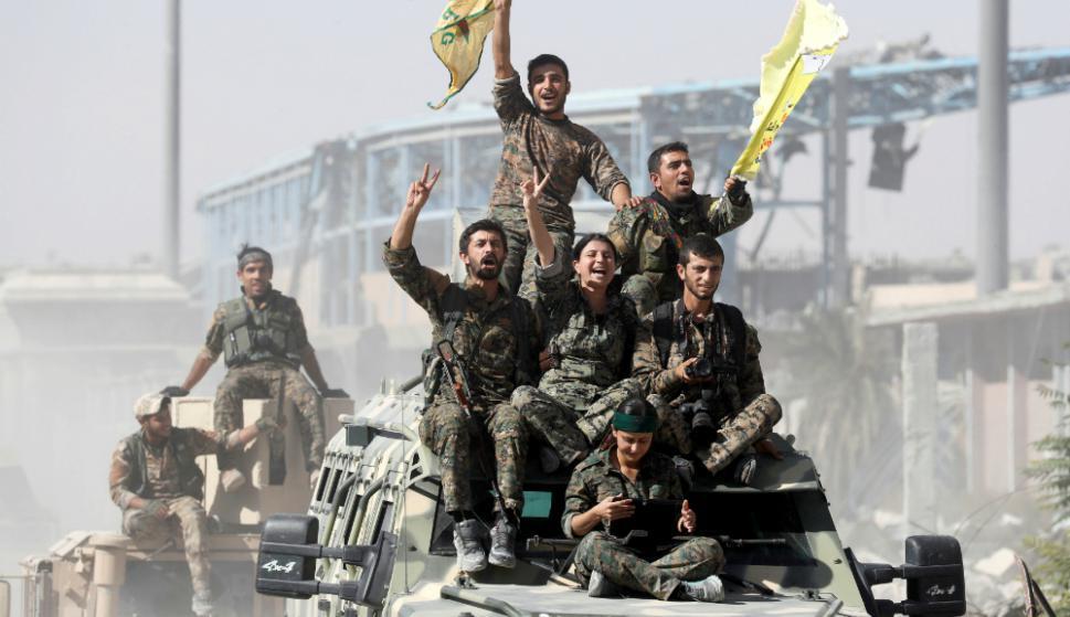 Festejo: soldados de la FDS, alianza kurdo.árabe apoyada por EEUU, ayer en la ciudad de Raqa. Foto: Reuters