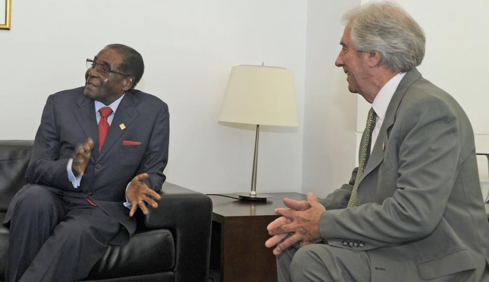 Tabaré Vázquez junto la presidente Robert Mugabe. Foto: Presidencia