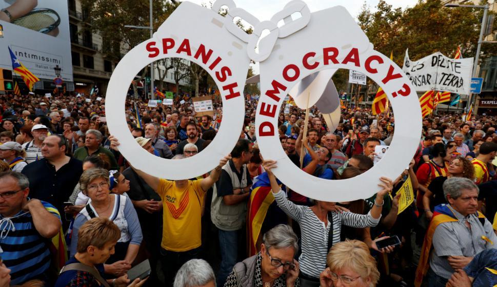 Quejas contra el gobierno español en la marcha de Barcelona. Foto: Reuters.