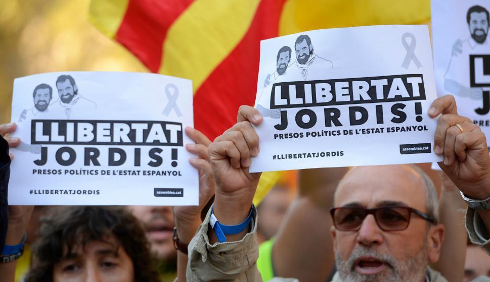 Catalanes exigen la libertad de Jordi Sánchez y Jordi Cuixart. Foto: AFP.