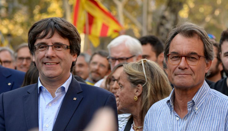 Carles Puigdemont en la manifestación junto a Artur Mas, expresidente de la Generalitat. Foto: AFP.