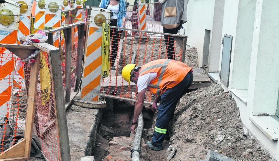 Caño de OSE: todo comenzó cuando la Intendencia resolvió arreglar las antiguas veredas que circunvalan la histórica Plaza Zabala. Foto: A. Colmegna