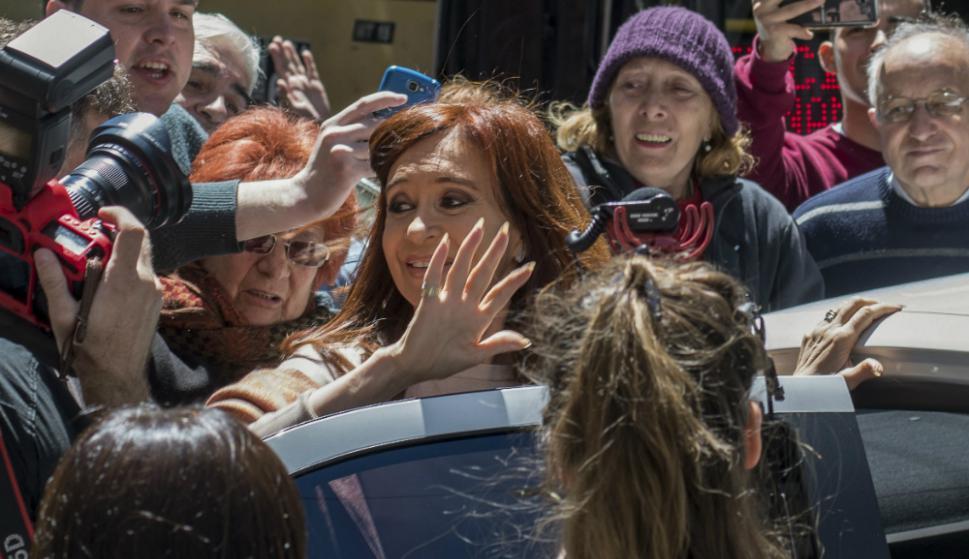Cristina Kirchner saluda a sus partidarios tras emitir su voto. Foto: AFP