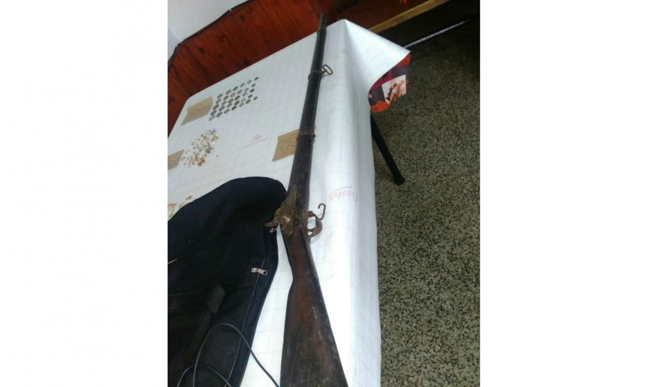 El pescador también se encontró con un rifle. Foto: Armada Nacional