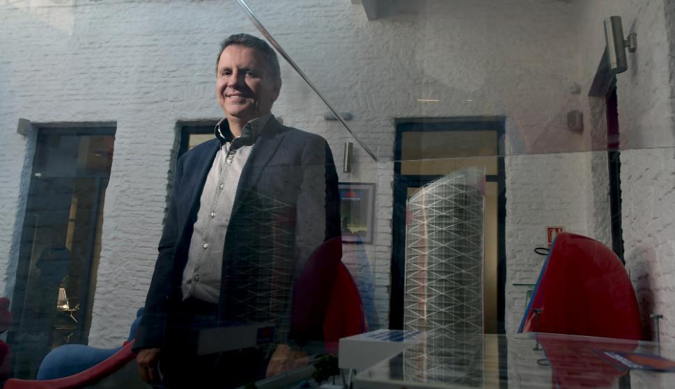 El empresario brasileño de Lobraus con la maqueta del proyecto  de una torre de 22 pisos y un depósito logístico de 30.000 metros cuadrados. Foto: F. Ponzetto