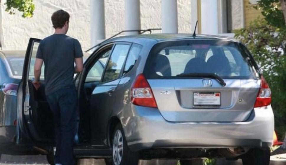 Se conoce a Zuckerberg por conducir autos que no son necesariamente caros. Por ejemplo, se le ha visto en modelos Honda Fit, Volkswagen, Acura TSX, que tienen un valor menor a US$30.000