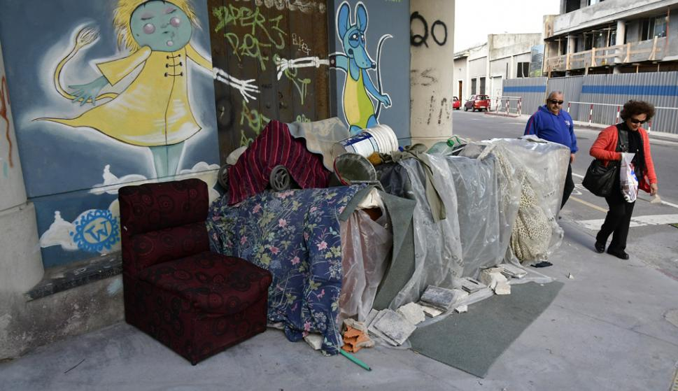 Zabala: un cuidacoches puso un sillón y armó su choza bajo una ochava en el cruce con la calle Buenos Aires. Foto: F. Ponzetto