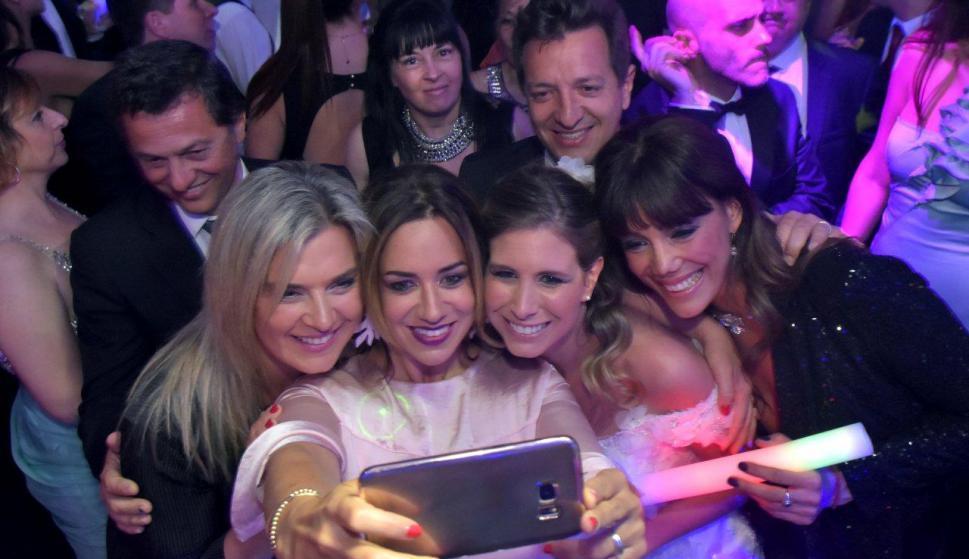 Divertida selfie de la novia con Sara Perrone, Cata Ferrand Eunice Castro y Fede Buysan. Foto: Sadurskas