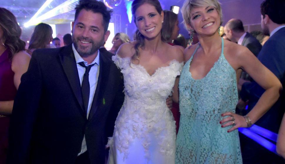 Karina Vignola y Gaspar Valverde posaron junto a la recién casada.