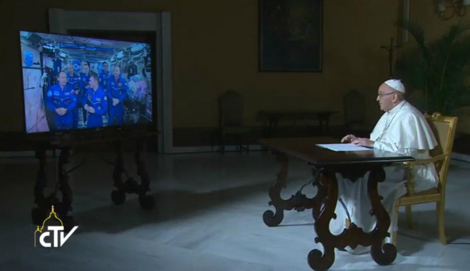 Papa Francisco conversa con astronautas de la ISS. Foto: Captura.
