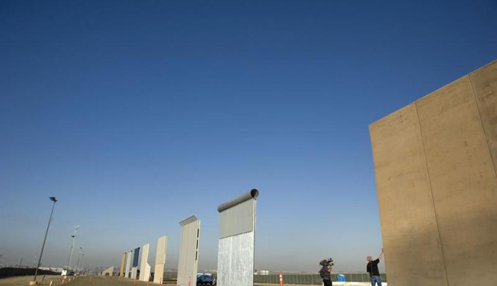 Los ocho prototipos del muro fronterizo entre EEUU y México presentados. Foto: EFE