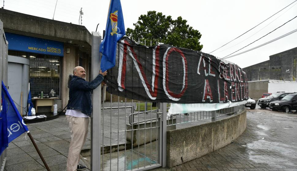 AEBU ocupó una sucursal del Banco República. Foto: Fernando Ponzetto