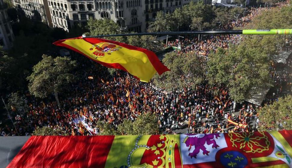 Españoles salen a la calle a favor de la unidad. Foto: EFE