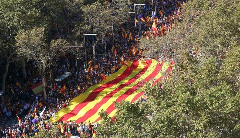 """Marchan bajo el lema """"Todos somos Cataluña"""". Foto: EFE"""