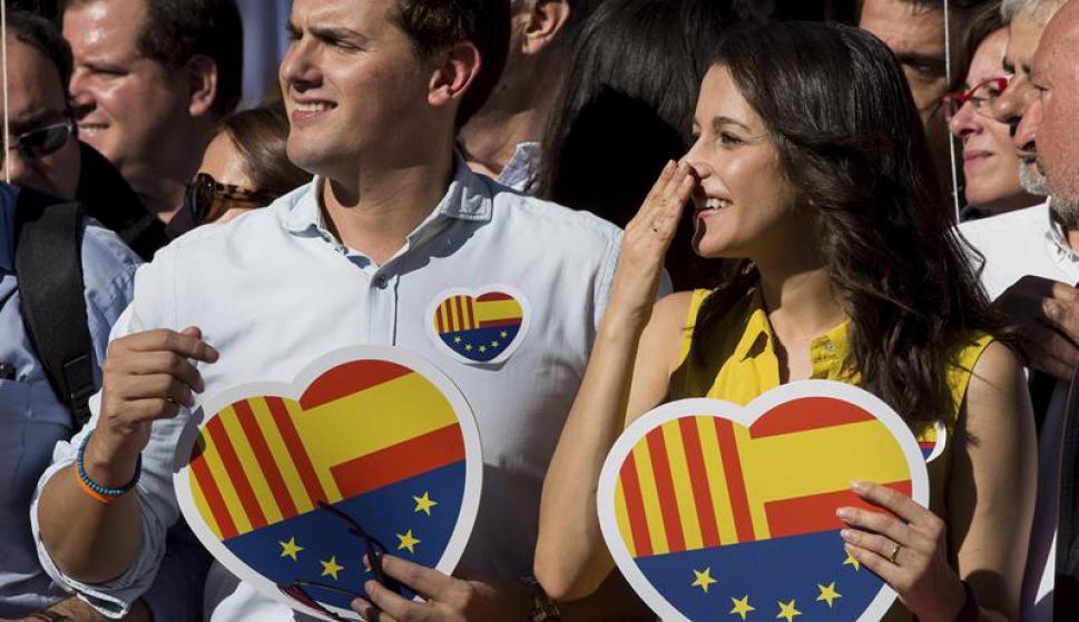 Las personas marcharon en favor de la unidad de España. Foto: EFE