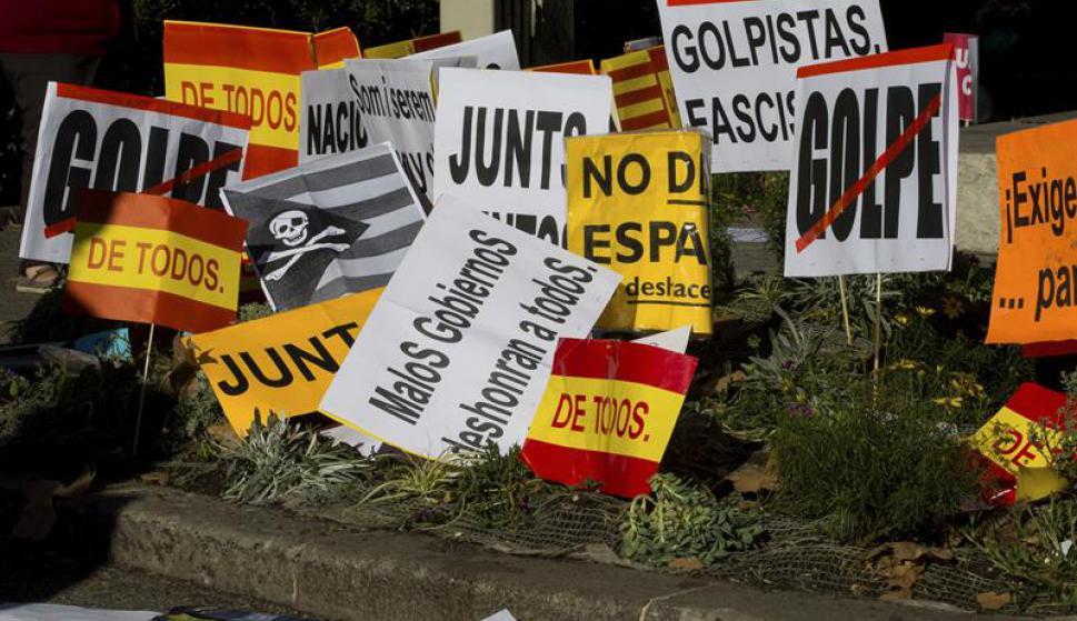 Con pancartas demostraron su rechazo a la independencia. Foto: EFE