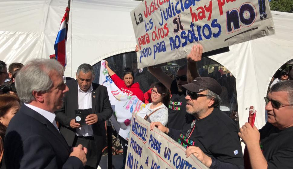 Tabaré Vázquez hablando con funcionarios judiciales en Flores. Foto: Darwin Borrelli