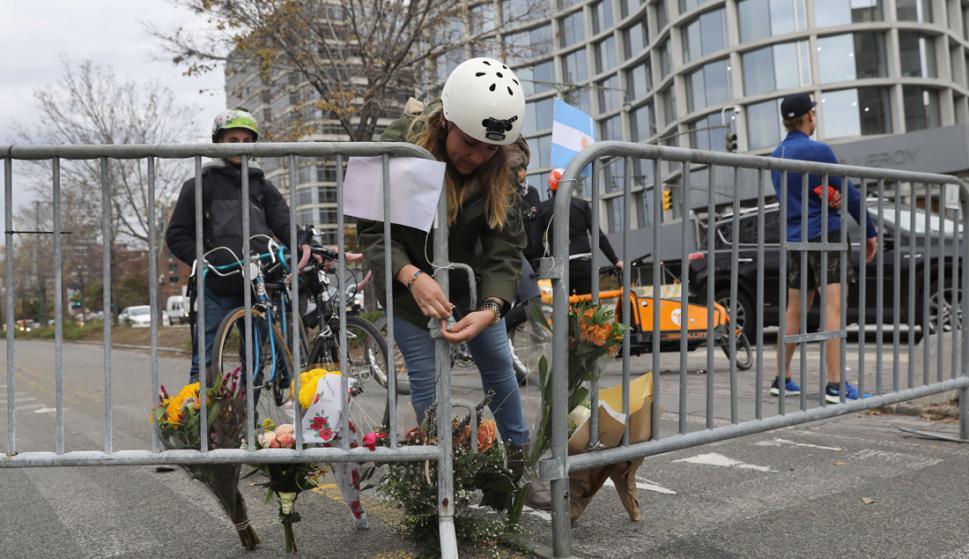 Homenaje: donde murieron los ciclistas atropellados el martes, ayer se colocaron flores. Foto: AFP