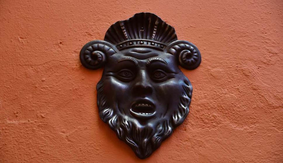 El Fauno, una de las tantas máscaras que adornan las paredes.