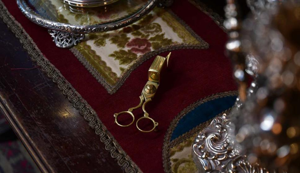 El despabilador, adminículo utilizado para descabezar cabos de vela.