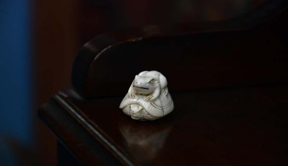 Netzuke, una miniatura japonesa en marfil que representa a una rana.