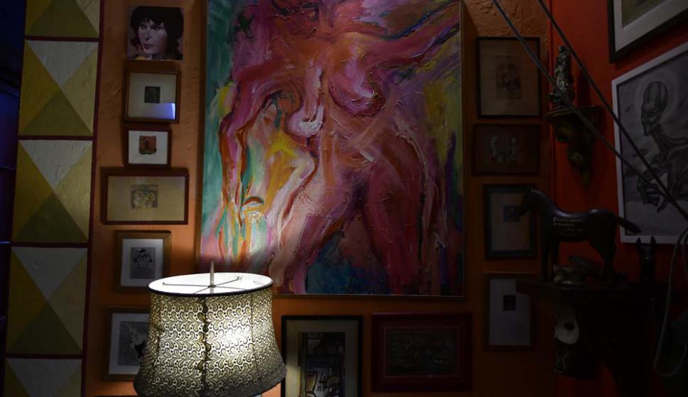 Pinturas de Lacy Duarte, Solari, Musso y Seveso en las paredes.