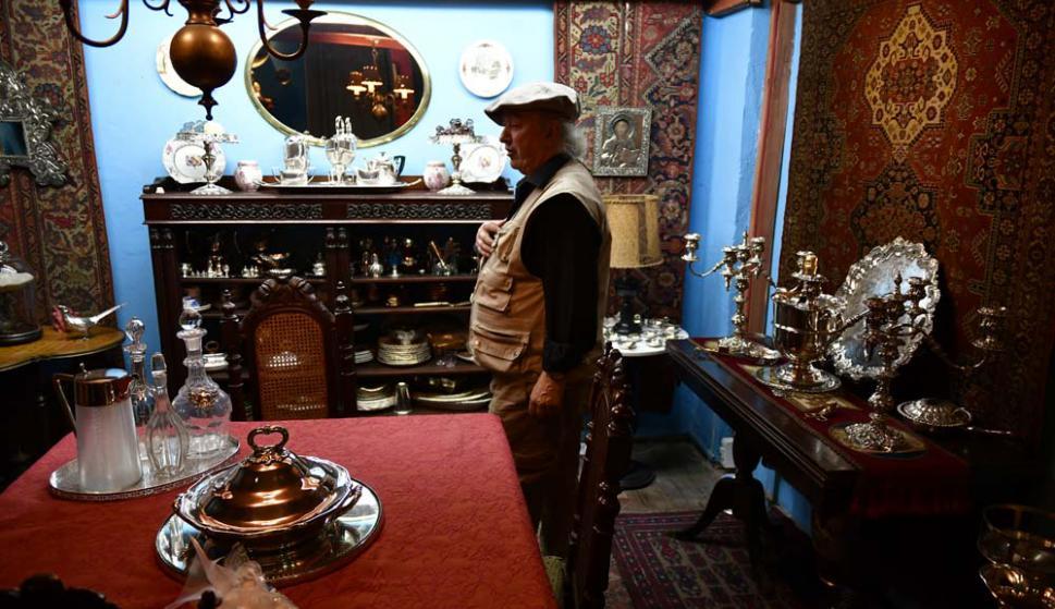 Pansacchi en la sala principal de la  casa. Foto: Fernando Ponzetto