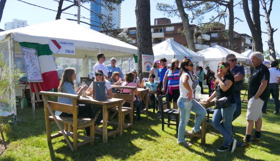 Plaza México: se montaron stands y un gran patio de comidas. Foto. R. Figueredo