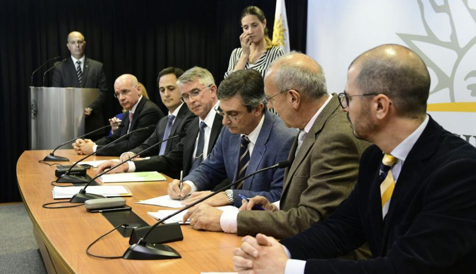 Firma del contrato entre el gobierno y UPM. Foto: Marcelo Bonjour
