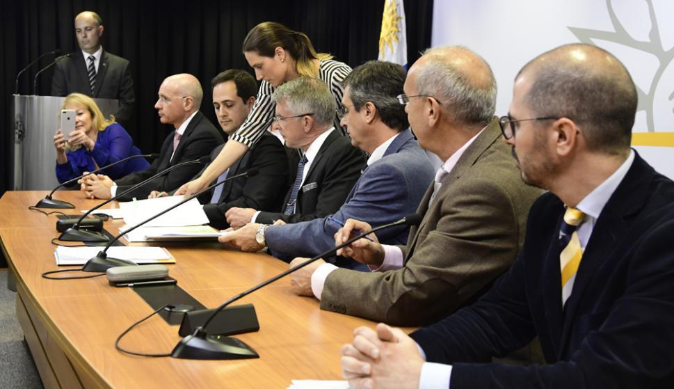 La ministra de Industria, Carolina Cosse, no dejó pasar la oportunidad y fotografió el momento de la firma. Foto: M. Bonjour