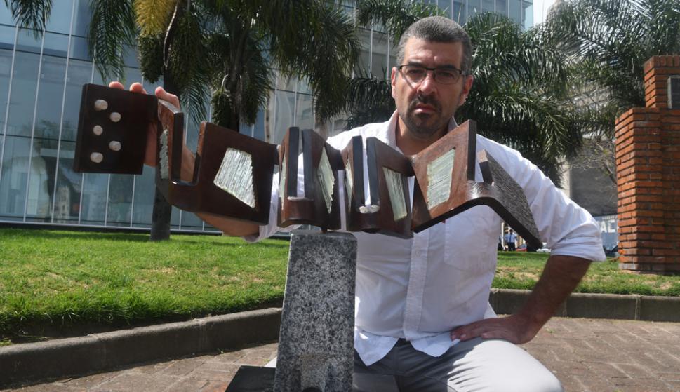 Giorgio Carlevaro y la maqueta de su monumento, que tendría 4 X 1,20 X 1,20 metros. Foto: A. Colmegna