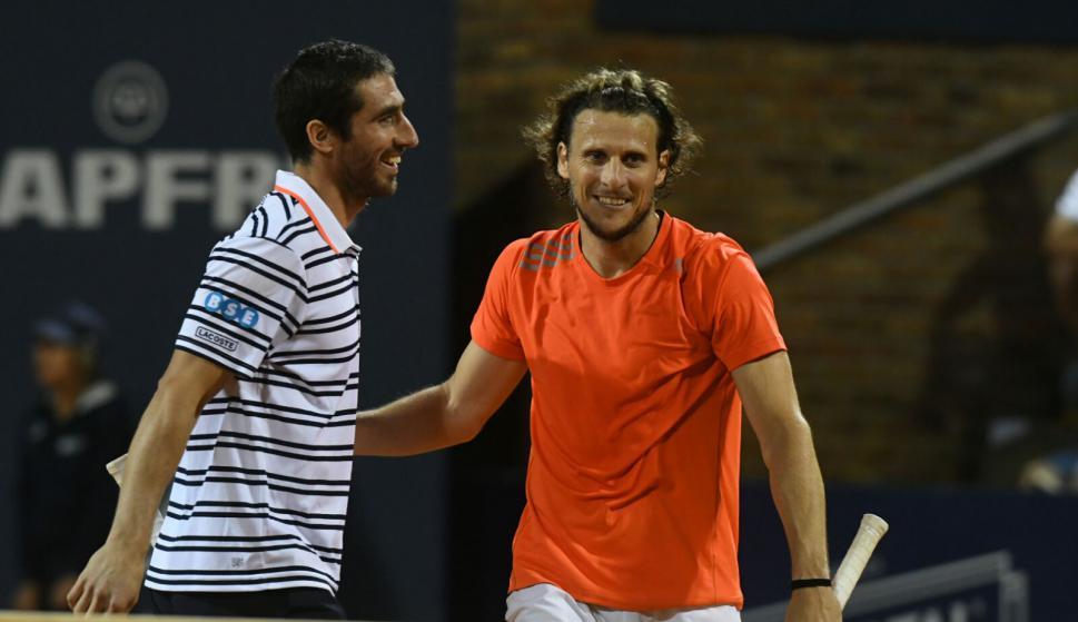 Pablo Cuevas junto a Diego Forlán en el tenis del Carrasco Lawn. Foto: Darwin Borrelli