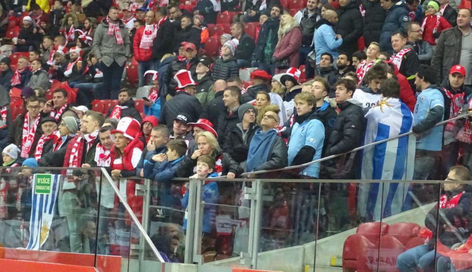 Los hinchas celestes en el estadio de Varsovia. Foto: @Uruguay