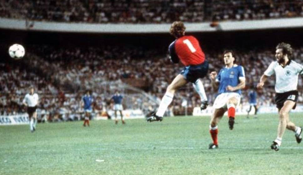 Mundial de 1982. Battiston toca la pelota por el costado de Schumacher y el arquero alemán sale a romper todo.