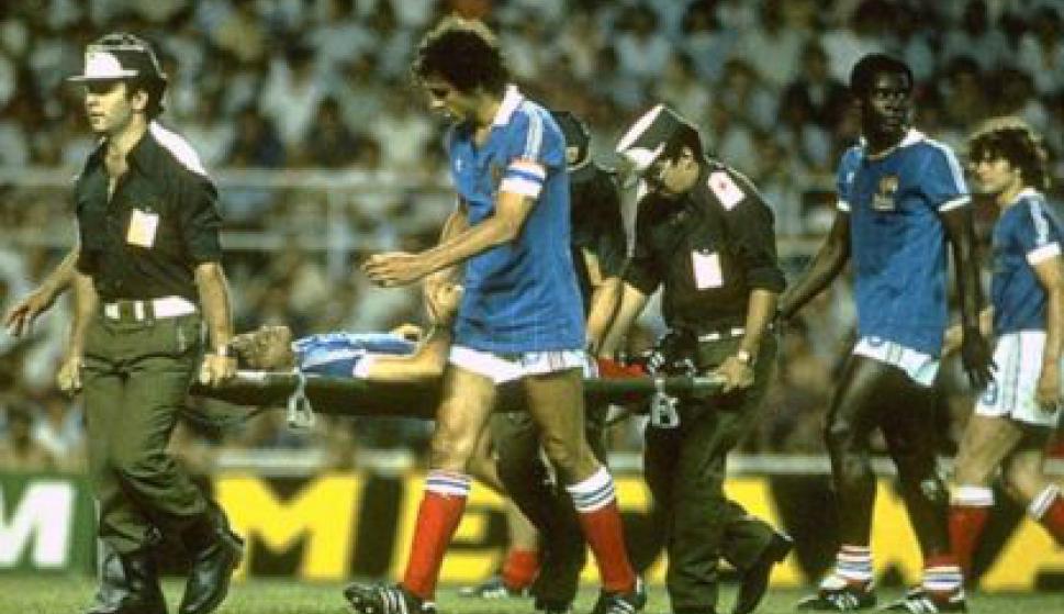 Battiston fue retirado en camilla y Michel Plattini lo acompañó muy preocupado.