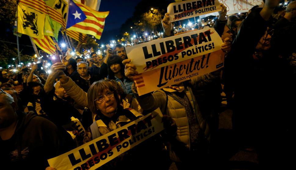 La manifestación comenzó por la tarde y fue creciendo a medida que anochecía. Foto: AFP.