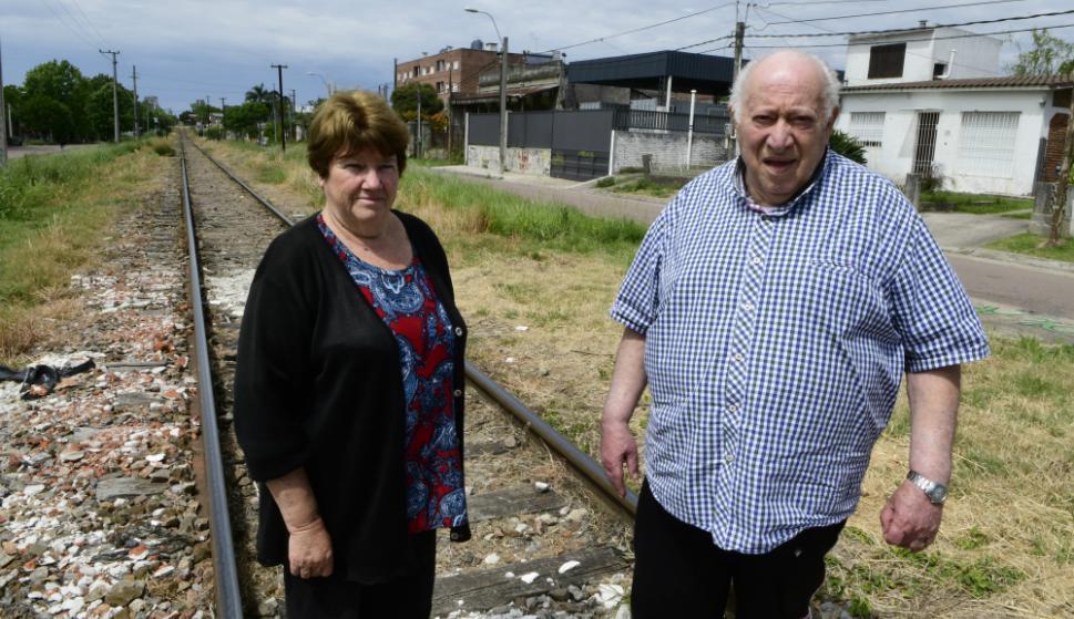En alerta: Walter Betta y Marisa Chelo, dos vecinos de La Paz preocupados por las reformas en las vías que pasan frente a sus casas. Foto: D. Borrelli