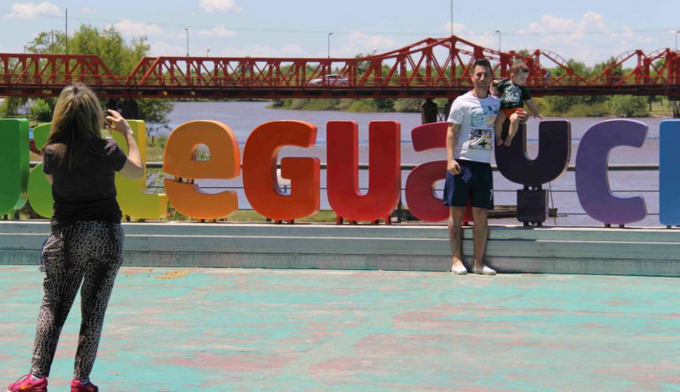 Integrantes de la Asamblea Ciudadana Ambiental de Gualeguaychú  se convocaron en la plaza San Martín. Foto: Daniel Rojas
