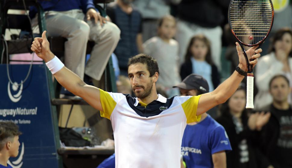 Brazos al cielo. Pablo Cuevas celebra la victoria en el Uruguay Open. Foto: Francisco Flores